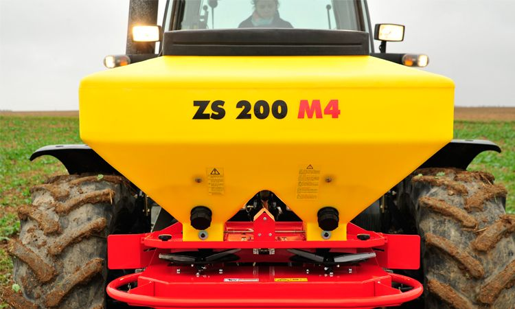 Twin Disc Spreader ZS 400 M4 mounted in the front
