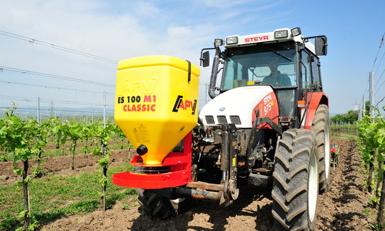 Single disc spreader ES 100 M1 Classic in the vineyard